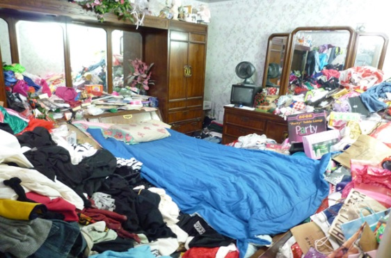 hoarder-bedroom